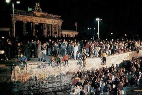 Германия отмечает 20-летний юбилей падения Берлинской стены. Берлинская стена 10 ноября 1989 года. Фото с сайта scorps.ru  9 ноября 2009