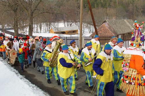 В феврале Чехия с размахом отметит Masopust - аналог Масленицы. Шествие на Masopust под Прагой  Фото: CzechTourizm  17 ноября 2009
