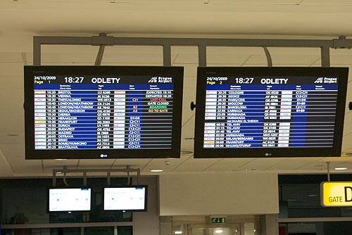 В аэропорту Праги установлены киоски для самостоятельной регистрации. Табло в пражском аэропорту  Фото: Александра Кириченко  26 ноября 2009 года