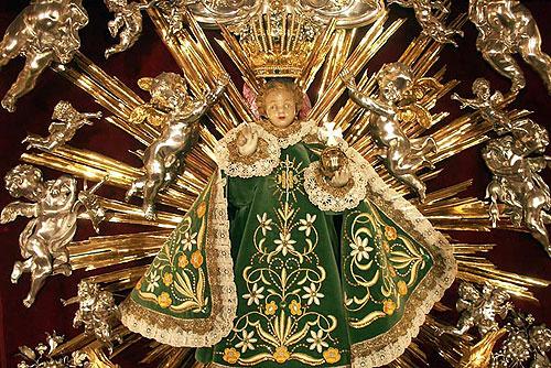Голову статуэтки Пражского Младенца Иисуса украсили короной, подаренной Бенедиктом XVI. Фигурка младенца Иисуса. Фото pragjesu.info  27 ноября 2009