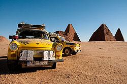 """Два желтых """"Трабанта"""" пересекли Африку с севера на юг. """"Трабанты"""" в Судане  3 декабря 2009"""