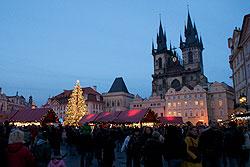 В субботу на улицы Праги выйдут черти и ангелы, а Святой Микулаш раздаст подарки.  Предрождественская Староместская площадь.  Фото: Александра Кириченко.  3 декабря 2009