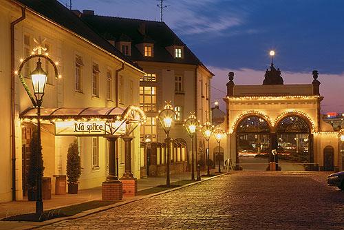 В Плзени перед Рождеством можно выиграть годовой запас пива. Во дворе пивоваренного завода Plzeňský Prazdroj. Фото пресс-службы  7 декабря 2009 года