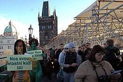 Защитницы животных разделись и вышли на Карлов мост. Активистки PETA на Карловом мосту  Фото: Portál hlavního města Prahy  7 декабря 2009