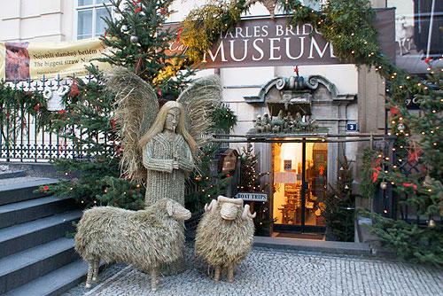 Младенец Иисус в Чехии не сдает позиции ни Санта-Клаусу, ни Деду Морозу. Рождественское убранство музея Карлова моста  Фото: Александра Кириченко  13 декабря 2009 года