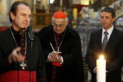 Рождественский Вифлеемский огонь отправился в путешествие по Праге на трамвае.  Архиепископ и мэр Праги с Вифлеемским огнем в соборе Святого Вита. Фото мэрии Праги.  19 декабря 2009
