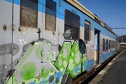 Жители Чехии боятся ездить на поездах и вообще относятся к транспорту настороженно.  Чешский пригородный поезд старого образца.  Фото: Александра Кириченко.  20 декабря 2009