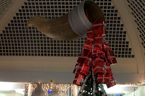 Чехи планировали сэкономить на Рождестве, но не удержались от трат. Рог изобилия в пражском торговом центре  Фото: Александра Кириченко  23 декабря 2009