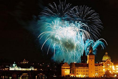 Новогодняя ночь в Праге обеспечит работой полицейских, медиков, пожарных и уборщиков. Новогодний фейерверк в Праге  Фото: CzechTourism  29 декабря 2009