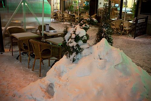 Из-за непрекращающегося снегопада в Чехии объявили режим чрезвычайной ситуации. Последствия снегопада в Праге  Фото: Василий Мазный  9 января 2010
