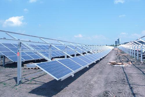 В Чехии строят солнечную электростанцию размером с 80 футбольных полей. Строительство солнечной электростанции Hrušovany. Фото пресс-службы ČEZ 10 января 2010