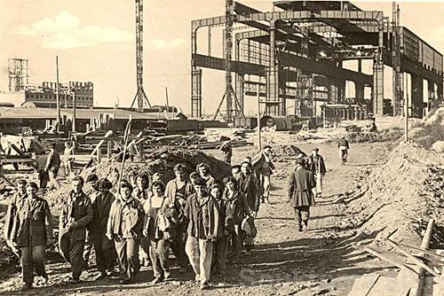 Чешская металлургия в 2009 году откатилась на уровень 1950-х. Сталелитейный завод в Остраве в 1950-е. Историческая открытка. Изображение с сайта Vitkovice.cz  15 января 2010