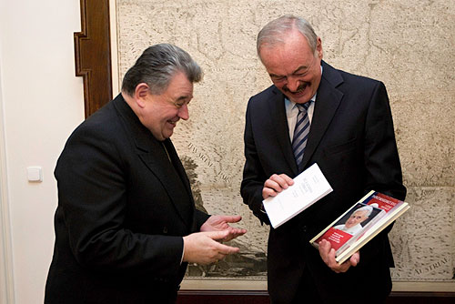 Папа Римский назначил нового Архиепископа Пражского. Доминик Дука (слева) представляет свою книгу. Фото пресс-службы Конференции Католических Епископов Чехии  13 февраля 2010