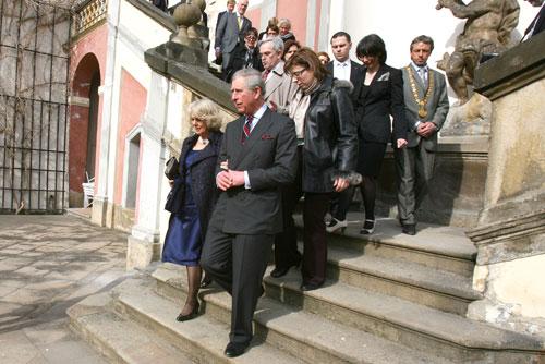 Принц Чарльз и Камилла прогулялись по садам Пражского Града. Принц Чарльз и Камилла гуляют по Пражскому Граду. Фото пресс-службы магистрата Праги  20 марта 2010