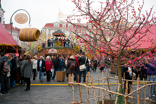 Чехи хотят устроить себе еще один весенний выходной. Пасхальная ярмарка на Староместской площади в Праге  Фото: Василий Мазный  6 апреля 2010