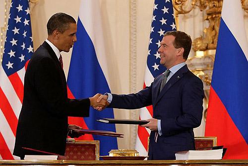 В «рейтинге недоверия» чехи поставили Медведева между Берлускони и Папой Римским. Дмитрий Медведев и Барак Обама в Праге. Фото с сайта Kremlin.ru  22 октября 2010 года
