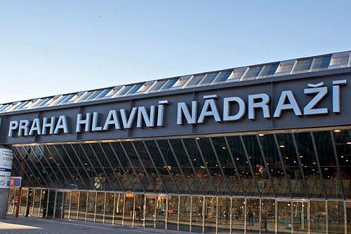 Путин вывезет россиян из Европы на автобусах, поездах и паромах. Главный железнодорожный вокзал в Праге (Hlavní nádraží Praha)  Фото: Александра Кириченко  18 апреля 2010 года