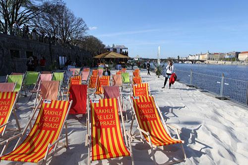 На набережной Влтавы в Праге открыли пляжный сезон. Новые лежаки на Смиховском пляже. Фото пресс-службы мэрии Праги  23 апреля 2010