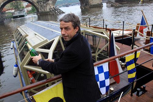 По Влтаве теперь ходит первый в Чехии корабль на солнечных батареях. Мэр Праги Павел Бэм на судне Elektronemo. Фото пресс-службы мэрии Праги  6 мая 2010