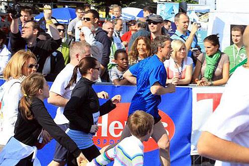 В Пражском марафоне приняли участие 7,5 тыс. бегунов. Мэр Праги Павел Бэм с семьей участвует в марафоне. Фото пресс-службы мэрии Праги  9 мая 2010