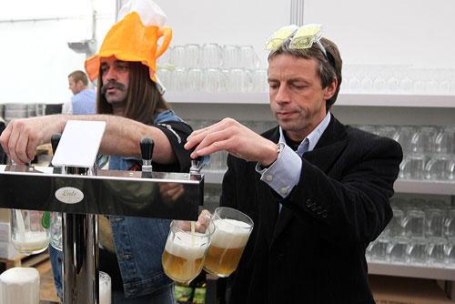 На Чешском пивном фестивале наполнили первую символическую кружку. Мэр Праги Павел Бэм открывает Чешский пивной фестиваль. Фото пресс-службы столичной мэрии  14 мая 2010