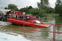 Подтопленная Чехия отправила в Польшу сверхмощный насос. Спецтехника, отправленная из Чехии в Польшу для борьбы с затоплением. Фото пресс-службы МВД Чехии  18 мая 2010