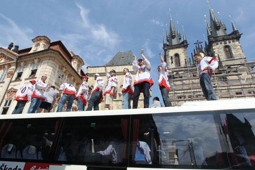Свежеиспеченных чешских чемпионов мира чествовали на Староместской площади. Сборная Чехии по хоккею на Староместской площади. Фото пресс-службы мэрии Праги  24 мая 2010