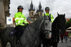 Летом Прагу будет патрулировать конная полиция.  Конная полиция на Староместской площади в Праге.  Фото: Portál hlavního města Prahy.  31 мая 2010