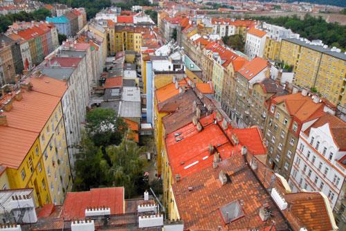 Недвижимость в Чехии может подешеветь на 10-15%. Жилые дома в Праге  Фото: Александра Кириченко  15 июня 2010