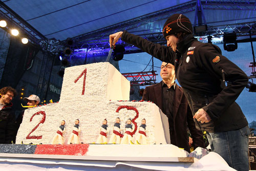 Конькобежка Мартина Сабликова пересела на велосипед и замахнулась на мировое чемпионство. Мартина Сабликова разрезает торт, посвященный успехам чешской сборной в Ванкувере. Фото пресс-службы мэрии Праги  30 июня 2010 года