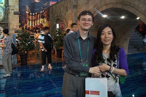 Пражский павильон на выставке EXPO 2010 Shanghai посетили более миллиона гостей. Миллионная посетительница пражского павильона на выставке EXPO 2010 Shanghai. Фото пресс-службы мэрии Праги  1 июля 2010