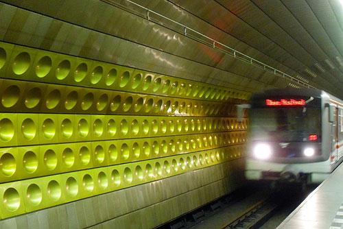 Пражское метро по пятницам и субботам будет работать на час дольше. Поезд пражского метро на линии А  Фото: Александра Кириченко  3 сентября 2010