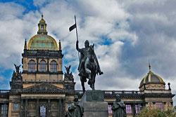 Чехия потратила 129 тысяч крон на пьяного молдаванина, залезшего на Святого Вацлава.  Памятник Святому Вацлаву в Праге.  Фото: Александра Кириченко.  16 сентября 2010