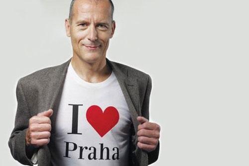 Кандидат в мэры Праги предлагает пользователям Facebook место на своей футболке. Кандидат в мэры Праги Зденек Тума. Изображение пресс-службы партии TOP09  24 сентября 2010