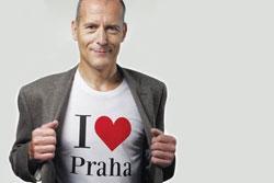 Кандидат в мэры Праги предлагает пользователям Facebook место на своей футболке.  Кандидат в мэры Праги Зденек Тума. Изображение пресс-службы партии TOP09.  24 сентября 2010