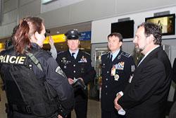 Министр внутренних дел Чехии в антитеррористическом запале столкнулся с трамваем. Министр внутренних дел Чехии Радек Йон (справа) в аэропорту Рузине. Фото пресс-службы МВД  5 октября 2010