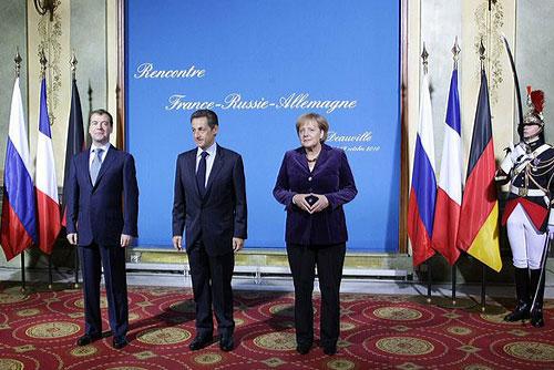 России пообещали безвизовый Евросоюз через 10-15 лет. Дмитрий Медведев, Николя Саркози и Ангела Меркель в Довиле. Фото Kremlin.ru  19 октября 2010