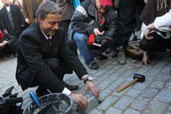 На Староместской площади в Праге проходит ярмарка молодого вина.  Мэр Праги Павел Бэм с символическим камнем на Карловом мосту. Фото пресс-службы мэрии Праги.  11 ноября 2010