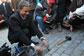 На Староместской площади в Праге проходит ярмарка молодого вина. Мэр Праги Павел Бэм с символическим камнем на Карловом мосту. Фото пресс-службы мэрии Праги  11 ноября 2010