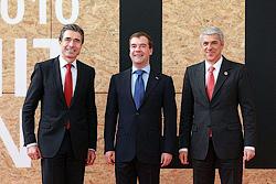 Чехия подерживает подключение России к противоракетной системе НАТО. Дмитрий Медведев с Генеральным секретарем НАТО Андерсом Фогом Расмуссеном и премьер-министром Португалии Жозе Сократешем перед началом саммита НАТО в Лиссабоне. Фото пресс-службы президента РФ  22 ноября 2010
