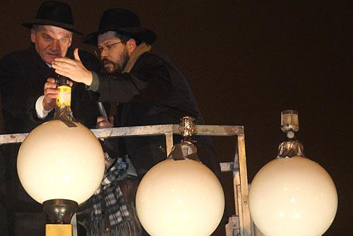 Новый мэр Праги зажег свечи в честь еврейского праздника Хануки. Мэр Праги Богуслав Свобода и раввин Манис Бараш зажигают менору. Фото пресс-службы мэрии Праги  5 декабря 2010