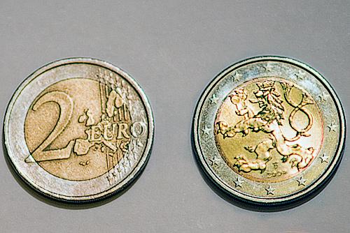 Чехия не спешит менять крону на евро, несмотря на прозрачные намеки Германии. Чехия не спешит переходить с кроны на евро  Фото: коллаж Utro.cz  13 декабря 2010 года