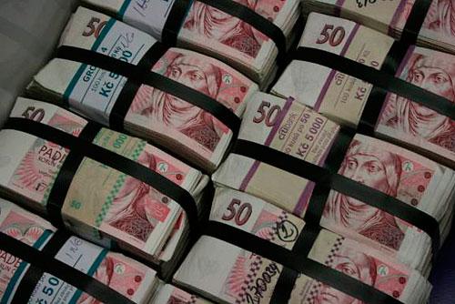 Купюра в 50 чешских крон находится в обращении только до 1 апреля. Выходящие из обращения купюры в 50 крон. Фото пресс-службы Национального банка Чехии  30 марта 2011 года