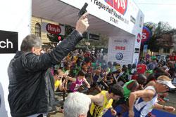В пражском полумарафоне приняли участие 9,5 тысячи спортсменов. Мэр Богуслав Свобода дает старт пражскому полумарафону. Фото пресс-службы мэрии Праги  4 апреля 2011