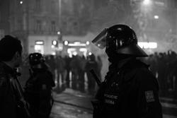 Полицейские не дали подраться чешским цыганам и нацистам. Чешская полиция  Фото: Василий Мазный  10 апреля 2011