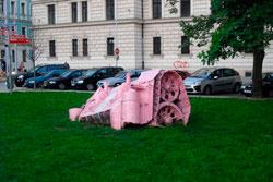В Прагу на 10 дней вернулся розовый танк.  Фрагмент розового танка на площади Кинских в Праге, где его в свое время и перекрасил Давид Черный.  Фото: Александра Кириченко.  20 июня 2011