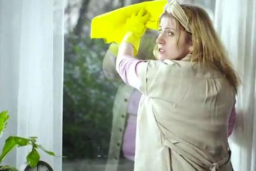 В Чехии сняли видеоролик в поддержку украинских домработниц. Кадр из ролика. Скриншот с Youtube.com  29 марта 2012