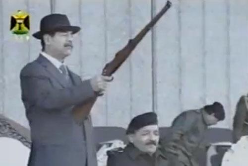 Чешскую винтовку Саддама Хусейна подарили кувейтскому министру. Саддам Хусейн с чешской винтовкой на параде. Кадр иракского ТВ, скриншот с ролика YouTube  24 апреля 2012