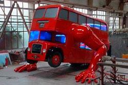 Чешский скульптур Давид Черный создал к Олимпиаде отжимающийся автобус. Отжимающийся автобус авторства Д.Черного. Кадр из ролика на YouTube  26 июля 2012