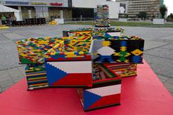 В Праге строят гигантскую башню из Lego. Пражская башня из Lego и заготовки для нее в первый день строительства. Фото со странички проекта на Facebook  6 сентября 2012